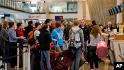 Para penumpang mengantre di bandar udara Pierre Elliot Trudeau di Montreal. (Foto: Dok)