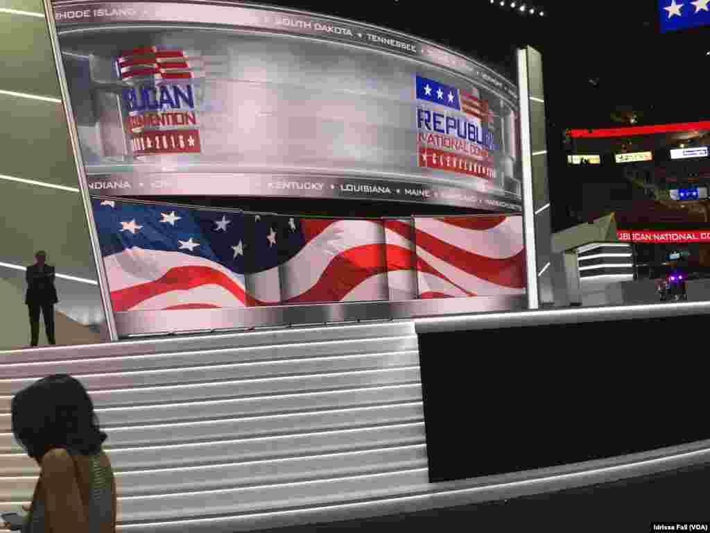 Les préparatifs s'accélèrent dans l'arène Quicken Loan qui accueille la Convention républicaine à Cleveland, le 17 juillet 2016. (Idrissa Seydou Dia / VOA)
