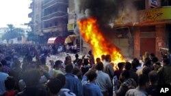 Người biểu tình tràn vào văn phong của Đảng Tự Do và Công Lý Huynh đệ Hồi giáo của Tổng thống Morsi ở thành phố Alexandria
