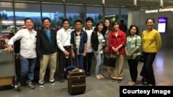 Đón gia đình vợ chồng người em đến phi trường San Francisco (ảnh Bùi Văn Phú)