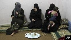 شام کی خانہ جنگی سے جان بچاکر اردن جانے والی فلسطینی پناہ گزین خواتین اردن کے ایک کیمپ میں (فائل)