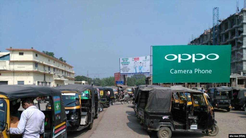 印度对中国的贸易逆差巨大,这也是印度反弹的原因之一。图为印度街头随处可见的中国手机广告标牌。(美国之音朱诺拍摄,2016年11月03日)