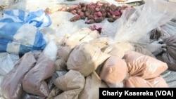 Des produits aphrodisiaques vendus le long des routes à Goma, le 7 octobre 2017. (VOA/Charly Kasereka)