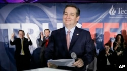 Ted Cruz, candidat républicain, tient un discours la nuit avant le caucus à Des Moines, Iowa, 1er février 2016.