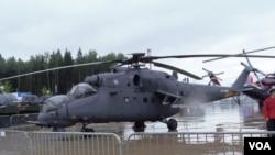 今年夏季莫斯科武器展中的俄羅斯空軍米-24武裝直升機。 (美國之音白樺拍攝)