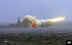 中国南海舰队驱逐舰在训练中发射导弹(资料照片)