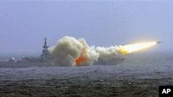 中国海军南海舰队一艘驱逐舰在演练中发射导弹(资料)