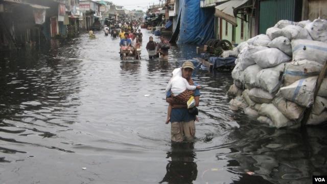 Banjir masih menggenangi kawasan permukiman warga di Muara Baru hingga hari Selasa 22/1 (foto: VOA/Andylala)