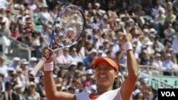 Li Na merayakan kemenangannya atas petenis Rusia Maria Sharapova dalam semifinal Perancis Terbuka di stadion Roland Garros, Paris hari Kamis (2/6).