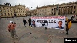 Manifestantes piden la liberación de los periodistas holandeses Derk Johannes Bolt y Eugenio Ernest Marie en Bogota, Colombia, el 21 de junio de 2017.