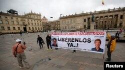 Warga berunjuk rasa menentang penculikan wartawan Belanda Derk Johannes Bolt dan Eugenio Ernest Marie di Bogota, Kolumbia, 21 Juni 2017. (Foto: dok).