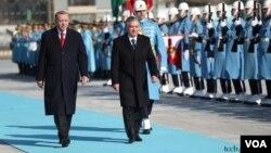 O'zbekiston prezidenti Shavkat Mirziyoyevni Turkiyada mamlakat rahbari Rajab Toyyib Erdog'an qabul qilmoqda. 19-fevral, 2020.