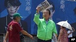 29일 일본 도쿄에서 한 신문사 직원이 북한 미사일 발사 관련 보도를 위해 추가 발행된 신문을 나눠주고 있다.