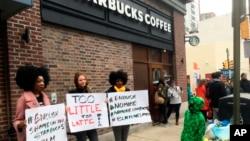 2018年4月15日,示威者在费城一家发生黑人男子被捕事件的星巴克咖啡店外抗议。
