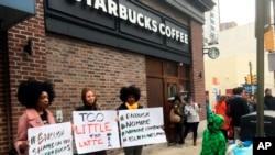 2018年4月15日,示威者在費城一家發生黑人男子被捕事件的星巴克咖啡店外抗議。