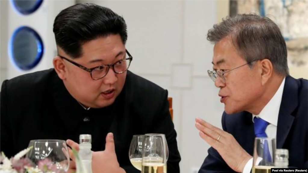 In the picture, South Korean President Moon Jae-in and North Korean leader Kim Jong Un meet at Panmunjom on April 27, 2018. Korea Summit Press Pool / Pool via Reuters