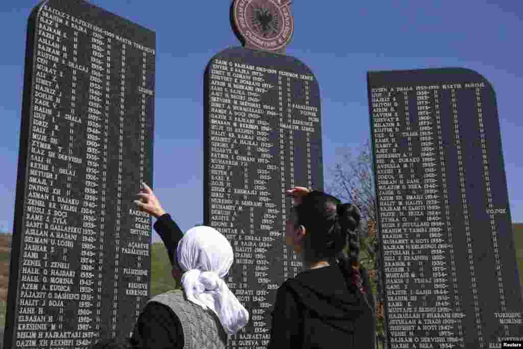 1998-1999'da Kosova Savaşı'nda hayatını kaybedenlerin anıtına gelen ziyaretçiler