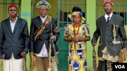 Delegação de autoridades tradicionais da Lunda-Norte e Lunda-Sul (da esquerda para a direita): Regedor Mwambumba, Regedor Zovo, Mwanitete e MwaCapenda Camulemba (Foto: Maka Angola)