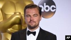 Aktor Leonardo DiCaprio setelah menerima piala Oscar 2016 (28/2).