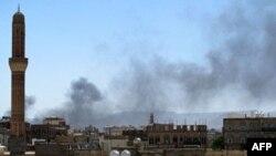 Khói bốc lên sau các trận giao tranh ác liệt ở thủ đô Sana'a, 31/5/2011