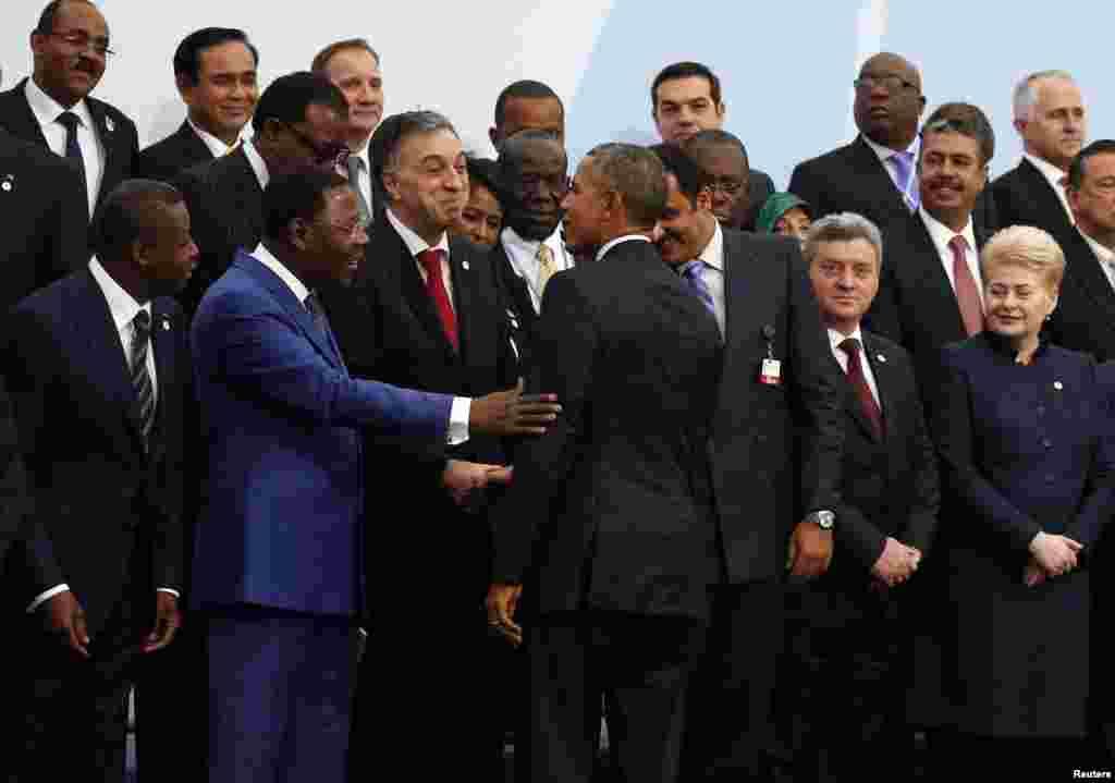 Le président américain Barack Obama, centre, rejoint ses homologues chefs d'Etat pour une photo de famille à l'ouverture de la COP21 au Bourget, France, 30 novembre 2015.