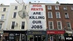 Sebuah spanduk raksasa dipasang di sebuah gedung sebagai aksi protes atas harga sewa rumah yang meningkat di Dublin akibat krisis ekonomi yang melanda Irlandia.