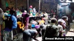 Les vendeurs du marché de Nyawera à Bukavu écoulent difficilement leurs marchandises, en RDC, le 17 août 2017. (VOA/Ernest Muhero)