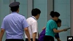 사제 폭탄이 터진 현장을 베이징 공항관계자들이 치우고 있는 모습