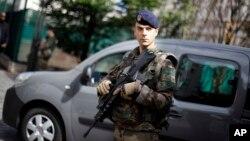 一名法国士兵站在巴黎西郊勒瓦卢瓦-佩雷地区法国士兵遭轿车冲撞袭击的现场附近。(2017年8月9日)