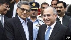 Cao ủy của Pakistan tại Ấn Độ Salman Bashir (phải) tiếp đón Ngoại trưởng Ấn Độ S.M.Krisna tại sân bay chakala ở Rawalpindi, Pakistan