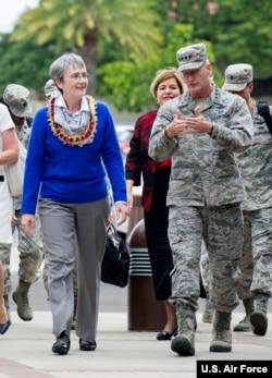 美國空軍部長海瑟·威爾遜(左)2018年1月23日開始印太之行首訪夏威夷火奴魯魯附近的珍珠港—希卡姆聯合基地(美國空軍圖片)