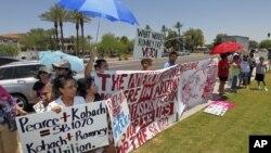 ژوئن ۲۰۱۲- آریزونا- مخالفان اظهارات میت رامنی درباره قوانین مهاجرت در مقابل ساختمانی که او سخنرانی می کند تجمع کرده اند