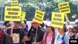 Unjuk rasa menolak pengesahan RUU Ormas di depan gedung DPR, Jakarta (25/6). (VOA/Fathiyah Wardah)