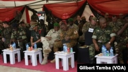 Les généraux de la Gambie du Burkina et leurs homologues, à Abuja, le 17 avril 2018. (VOA/Gilbert Tamba)