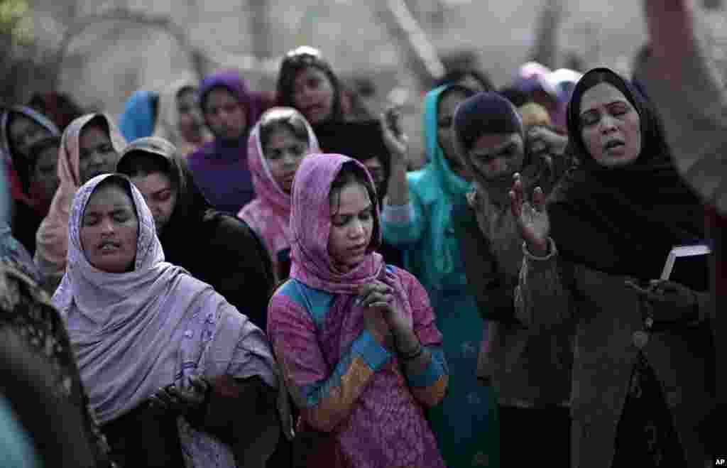 25일 파키스탄 이슬라마바드에서 성탄절 야외 기도회에 참가한 교인들.