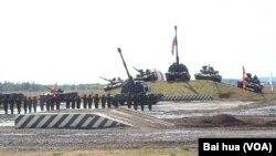 2014年俄羅斯國防武器展上的陸軍武器裝備表演。 (美國之音白樺拍攝)