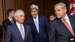 Menlu AS John Kerry (tengah) berdiskusi dengan anggota Komisi LN Senat AS (foto: dok).