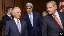 Los senadores Robert Menéndez y Bob Corker acompañan al secretario de Estado, John Kerry, durante una audiencia en el Senado en septiembre de 2014.