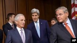 17일 미국 상원에서 ISIL의 위협과 미국의 대응 전략에 관한 청문회가 열린 가운데, 존 케리 미국 국무장관(가운데)과 상원 의원들이 청문회장으로 입장하고 있다.