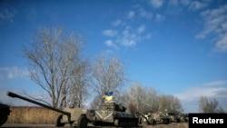 ຂະບວນລົດທະຫານຢູເຄຣນ ຮວມທັງລົດຫຸ້ມເກາະ ລົດທະຫານທີ່ແກ່ປືນໃຫຍ່ ຂະນະທີ່ຖອນຈາກເຂດ Debaltseve (27 ກຸມພາ 2015)