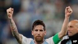 El argentino Lionel Messi celebra después del partido del Grupo D entre Argentina y Nigeria en la Copa Mundial de fútbol 2018 en el estadio de San Petersburgo en San Petersburgo, Rusia, el martes 26 de junio de 2018. Argentina ganó por 2-1. (AP Photo / Dmitri Lovetsky)