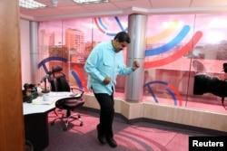 Presiden Venezuela Nicolas Maduro menari dalam program radionya di Istana Miraflores di Caracas (1/11).