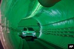 미국 전기자동차업체 테슬라의 일론 머스크 최고경영자(CEO)가 18일 로스앤젤레스 호손의 지하에 뚫은 지하 고속터널 '루프(loop)'를 공개했다.