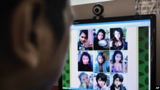 A man browses at pictures of Japanese porn star Maria Ozawa posted on a local Web site at a public Internet service in Jakarta (Sep 2009 file photo)
