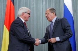 Russia's Foreign Minister Sergei Lavrov (R) shakes hands with his German counterpart Frank-Walter Steinmeier during a news conference in Moscow, Feb. 14, 2014.