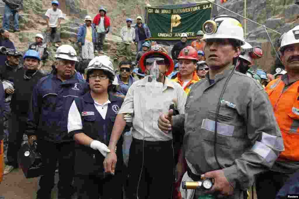 Antes de salir, los mineros pasaron un primer control en el interior del túnel para evaluar sus funciones vitales a cargo de médicos del Sistema de Atención Médica Móvil de Urgencia.