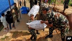 Binh sĩ Nepal chất hàng cứu trợ của Cơ quan Phát triển Quốc tế Hoa Kỳ, USAID, ở một địa điểm gần khu vực bị động đất trong thị trấn Gorkha, Nepal, 28/4/15