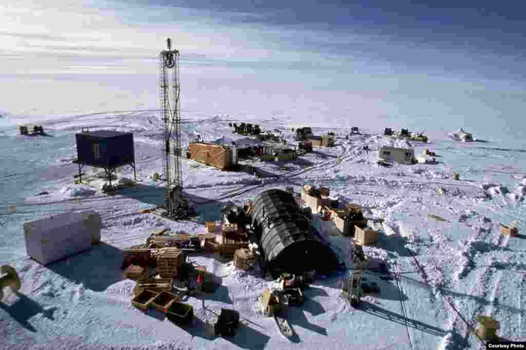 Para ilmuwan mulai memasang detektor neutrino pada kedalaman 1.500 meter di bawah es mulai November 1992. (Robert Morse/NSF)