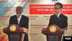 Menteri Luar Negeri Sudan, Ali Ahmed Karti (kiri) dan Menlu Marty Natalegawa mengadakan jumpa pers bersama usai pertemuan di Jakarta, Jumat siang (24/2).
