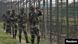 بھارت کی بارڈر سکیورٹی فورس کے اہلکار جموں کے علاقے میں پاکستان کی سرحد کے ساتھ گشت کر رہے ہیں۔